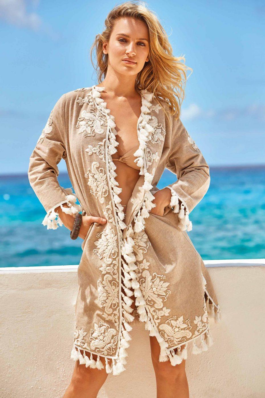 Modelo Kimono Bordado solapa beige Summer