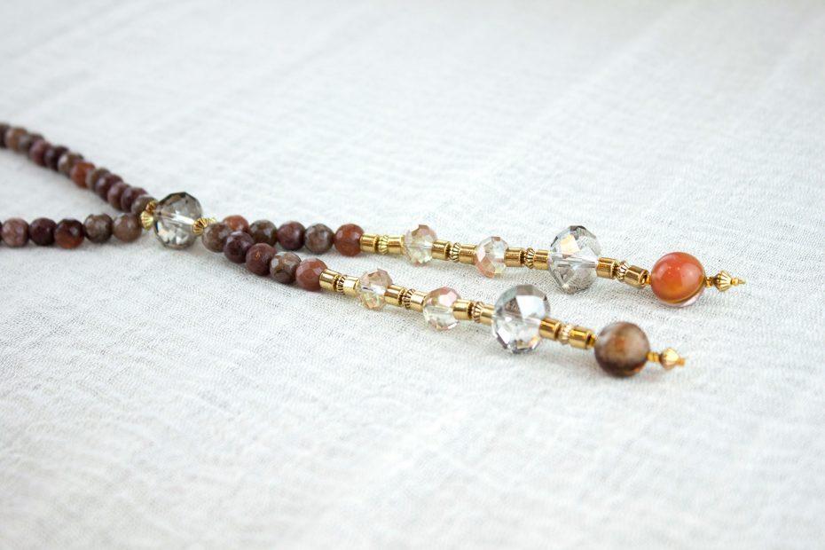 Detalle collar piedras naturales jaspe marron y cristales