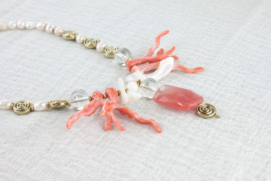 Detalle Collar corto de perlas conchas y coral de resina coral
