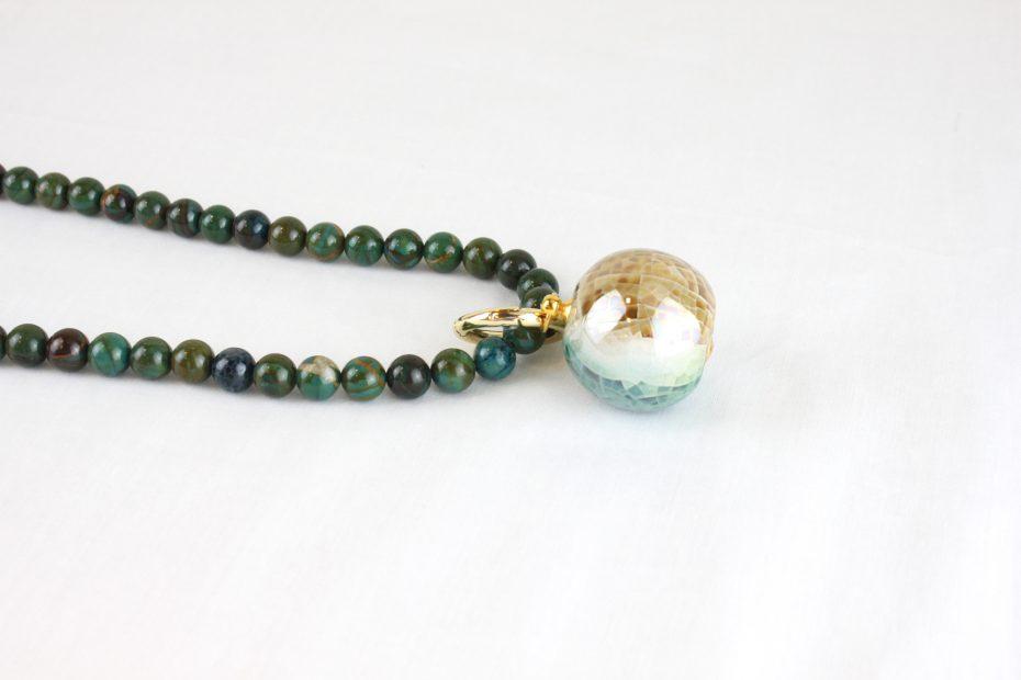 Detalle collar opalo verde porcelana tricolor