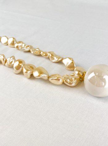 Collar Largo de Perlas Doradas y Colgante de Ceramica Selena