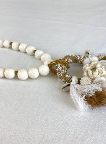 Collar Largo de Lava Pulida Blanca con Medallon de Pompones Filo