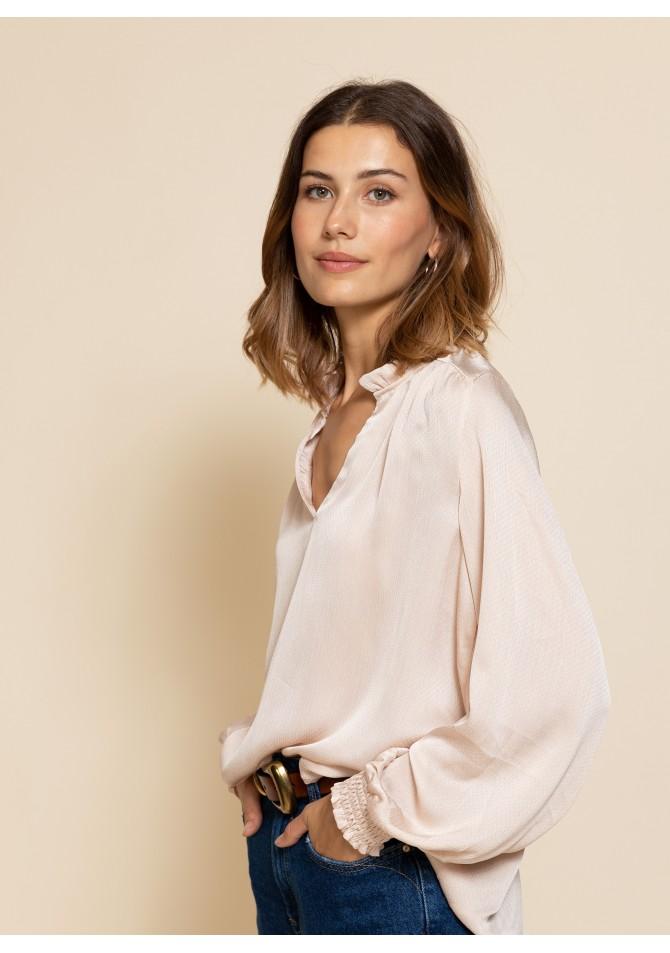 Blusa satinada Nude modelo Alicia de Calma Boutique