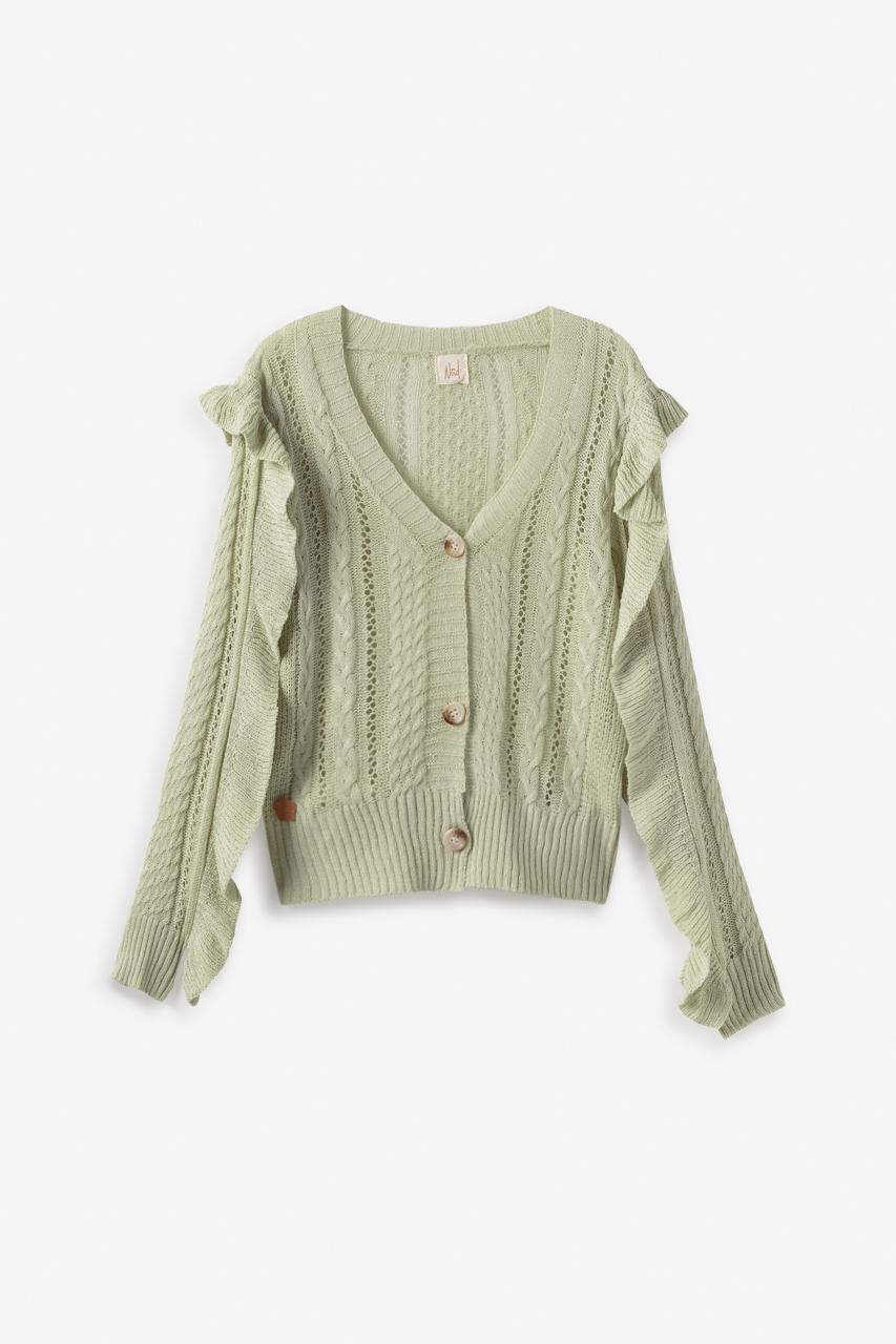 Chaqueta de tricot con diferentes diseños calados. Detalle de volante en mangas. Cierre con botones.